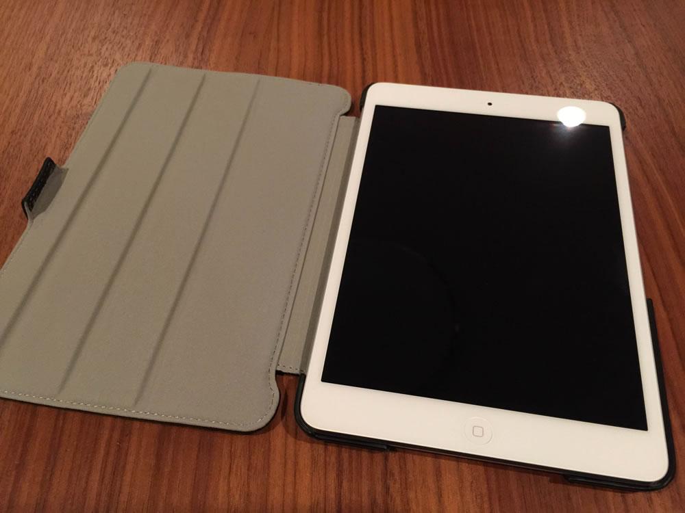 オウルテック「iPad mini用 スタイリッシュ&スリムフラップケース」iPad miniを固定したところ