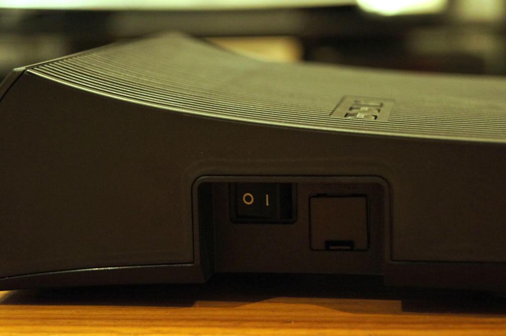 EPSON「WirelessHDトランスミッター」の電源スイッチ