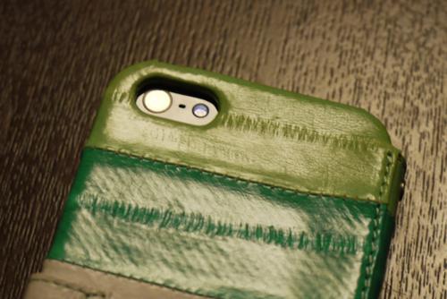 「ZENUS Prestige Eel Leather」フタを閉めていてもカメラが使える