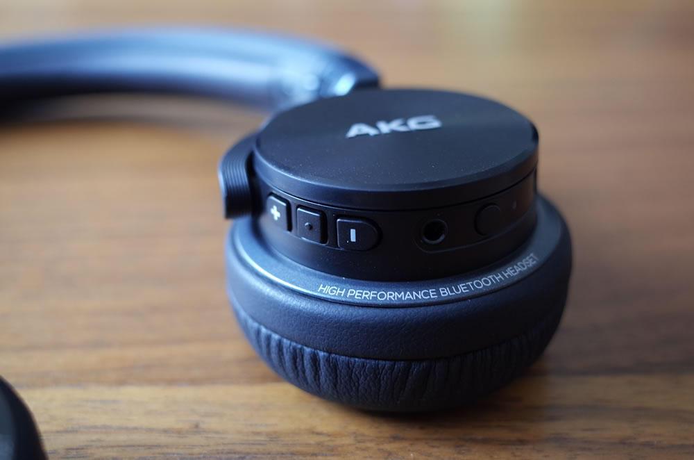 AKG「Y45BT」の操作ボタン