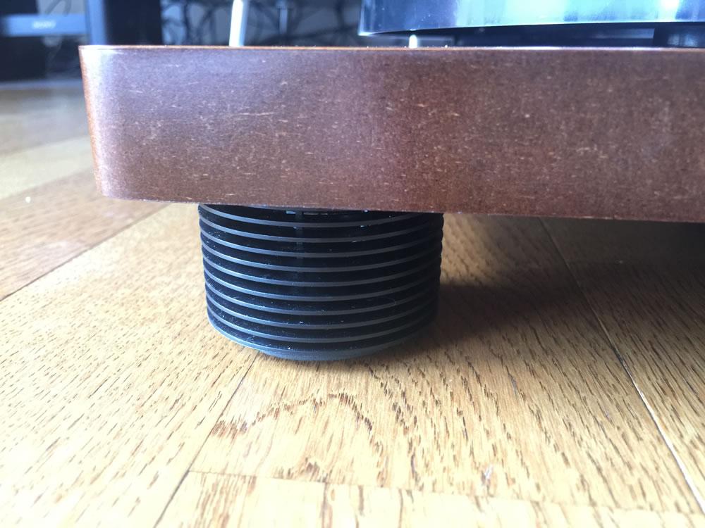 Amadana Music スピーカー内蔵レコードプレーヤー「SIBRECO」のスピーカー内蔵の脚
