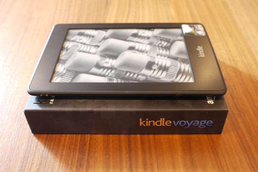 「Kindle Paperwhite 2012」と「Kindle Voyage」の箱