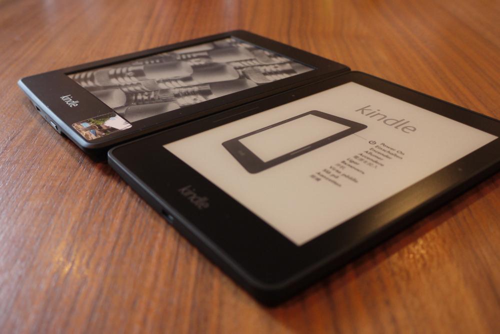 「Kindle Paperwhite 2012」と「Kindle Voyage」の厚さの比較
