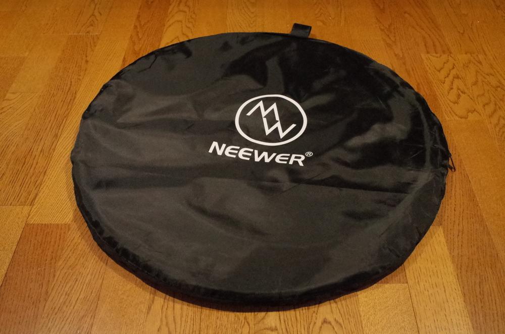 NEEWER「折り畳み式 リバーシブル クロマキー 背景 グリーン/ブルー」のキャリングバッグ