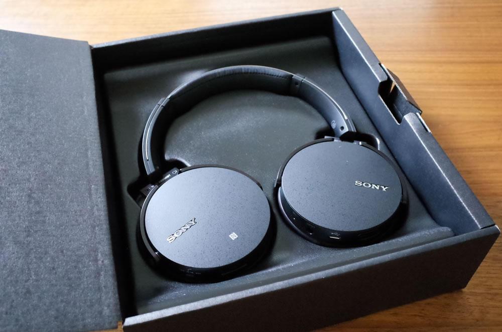 ワイヤレスステレオヘッドセット SONY「MDR-XB950BT」の箱を開けると真っ黒