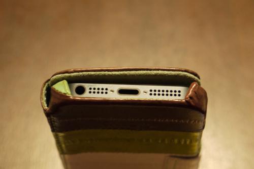 「ZENUS Prestige Eel Leather」フタを閉めていてもヘッドフォンやケーブルが接続できる